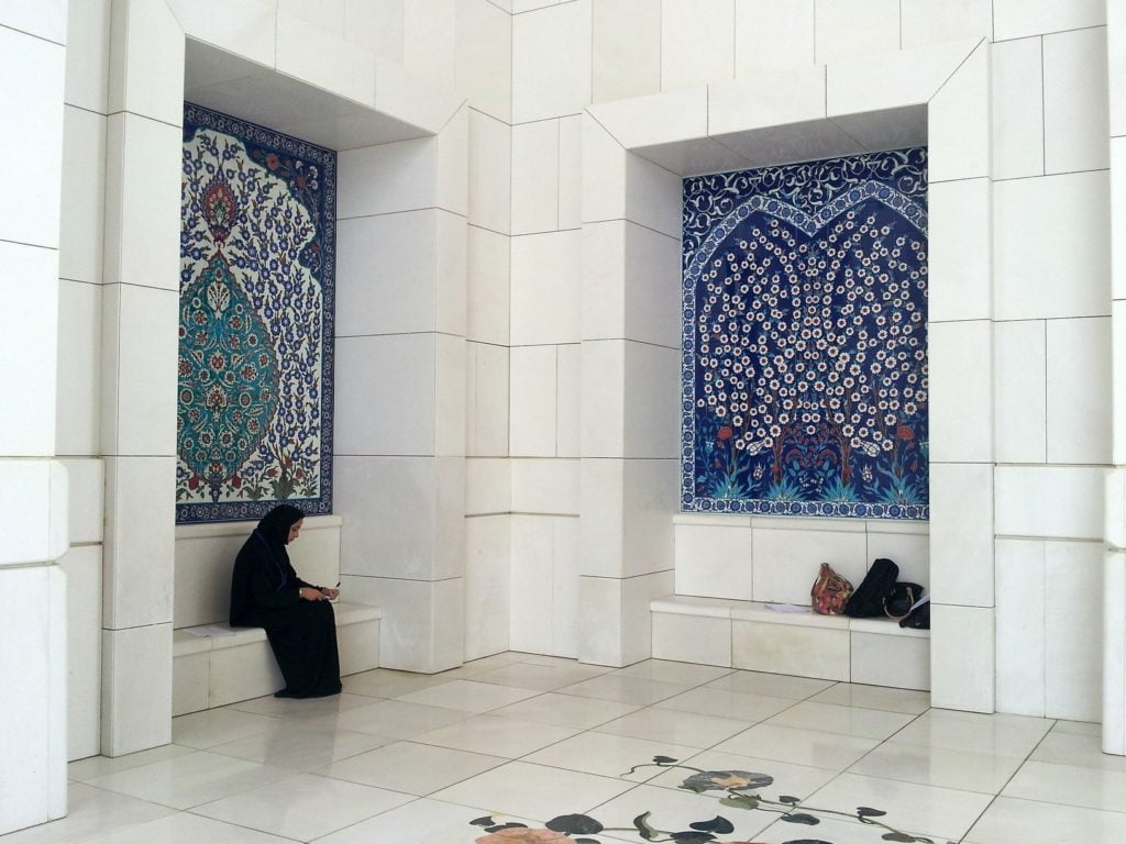 Dubai: VISITING THE GRAND MOSQUE (11)