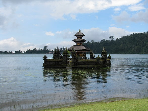 Travel-to-Bali-Ulun-Danu-Beratan-Glimpses-of-The-World